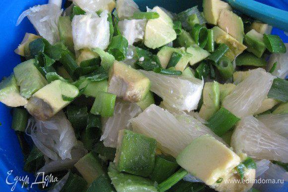 Смешиваем авокадо,помело и лук