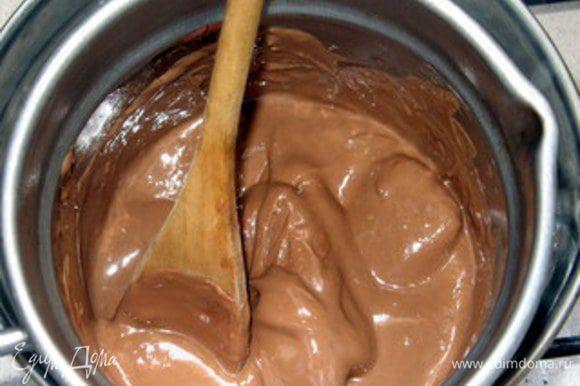 Для крема растопить на водяной бане молочный шоколад.