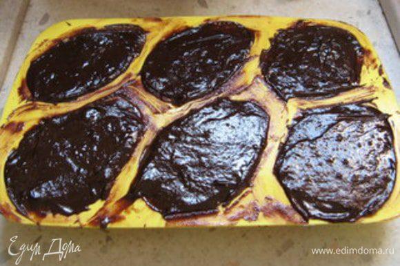 Растопить оставшиеся 50 гр тёмного шоколада и покрыть формочки, наполненные кремом, тонким слоем. Поставить в холодильник на 2 часа.Застывшие яйцо достать из силиконовой формы и соединить между собой две половинки, смазав, например, нутеллой.