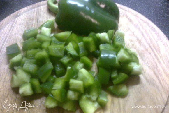 нарезаем зеленый перец кубиками