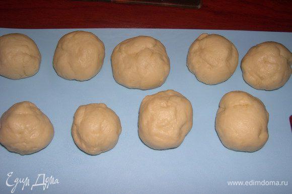 Когда тесто готово, делим его на равные шарики.