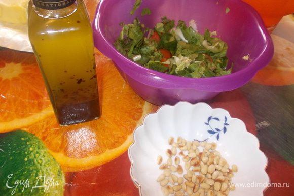 салат:листья фриссе,романо и мангольда промыть,обсушить и порвать руками,порезать помидоры черри на четвертинки ,перемешать полить маслицем с травками.кедровые орешки обжарить на сухой сковороде.