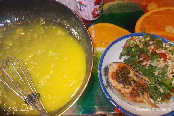 на блюдо выложить семушку,полить соусом и готовый салат,посыпать орешками.