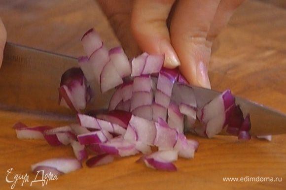 Луковицу почистить и мелко нарезать.