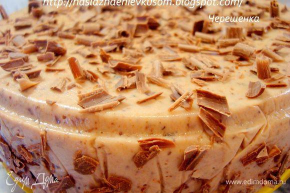После этого необходимо пальчиками немного надавить на бисквит так, чтобы нижний слой суфле по бокам поднялся практически до верха (для этого мы и брали первый слой больше, чем последующий)… Когда он застынет, то суфле у нас получится и сверху и по бокам… Теперь накрываем концами оставшейся пленки наш торт, ставим сверху тарелочку и в холодильник на 4-5 часов… Затем концы пленки развернуть, торт перевернуть на тарелочку, снять сначала форму, а затем и пленку… Украсить по желанию, я острым ножом снимала стружку с боков шоколадки… В обед тортик я поставила в холодильник, а вечером уже кормила мальчишек вот этой красотой…