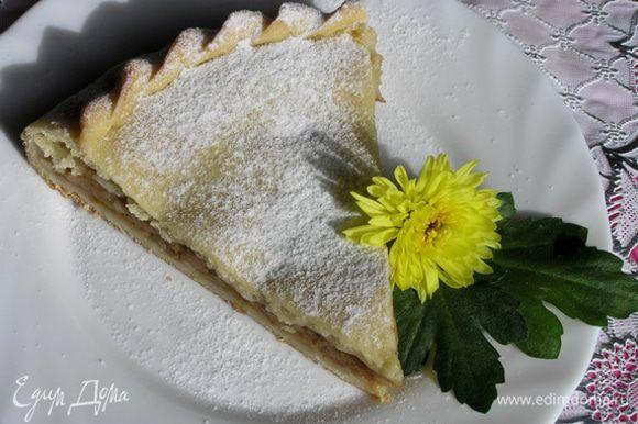 Перед подачей пирог посыпать сахарной пудрой.