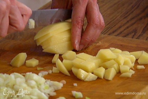 Картофель почистить и нарезать маленькими кубиками.