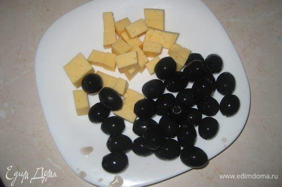 Нарезаем сыр кубиками, оливки отцеживаем.