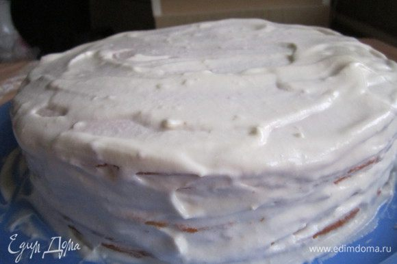 Смазываем коржи кремом. Не забываем про бока торта, их нужно хорошо намазать кремом, так как там самое толстое тесто.