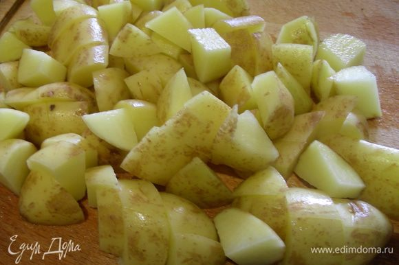 Картофель режем кубиком и добавляем к гороху, готовим до мягкости картофеля. Это занимает еще минут 20-30.