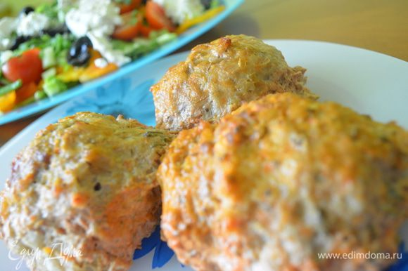 Приготовление: Говядину , яблоко, морковь, лук, капусту пропустить через мясорубку. Добавить яйца, соль, перец, укроп тщательно перемешать. Добавить перловку и опять перемешать. В глубокий противень положить крупные шарики. Сок, сметану и укроп соединить, залить горячей водой. Вылить полученную смесь на шарики и запекать в разогретой до 200 градусом духовке до готовности. МИР ВАМ!