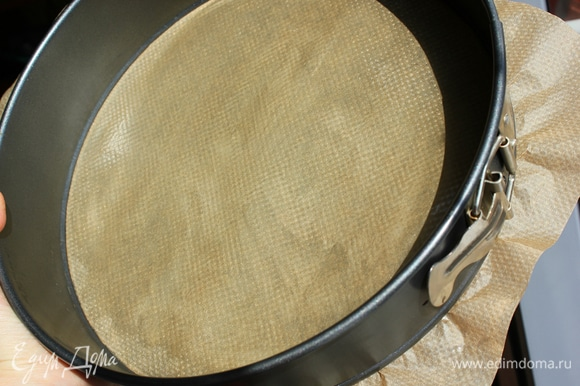 Бумагой для выпечки выстелить дно формы и смазать кусочком сливочного масла.
