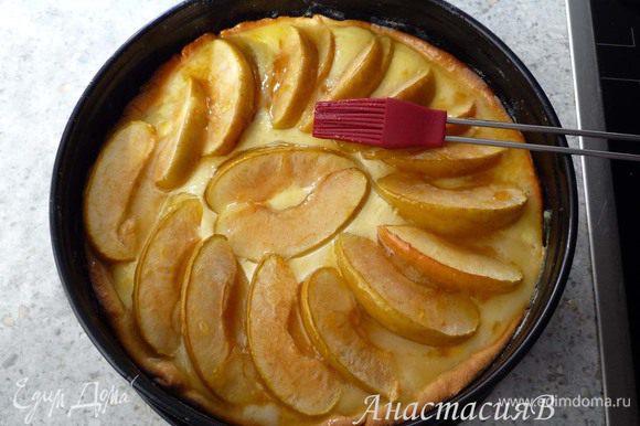 Вскипятить абрикосовое варенье с 1ст.л. воды (если есть кусочки абрикоса, то при желании можно процедить через сито). Намазать на пирог.