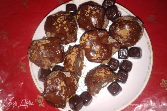 растопить горький шоколад на водяной бане и окунуть конфетки ,окрашивая половину или хвостики,присыпать какао