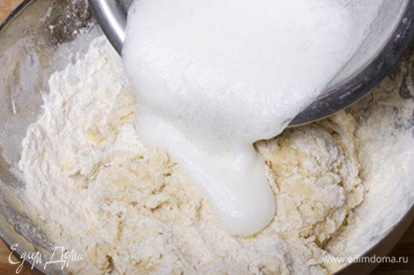 Затем доливаем оставшуюся половину желтковой смеси, добавить 500 г муки, взбитые в пену белки и месим тесто, пока не будет отставать от рук.