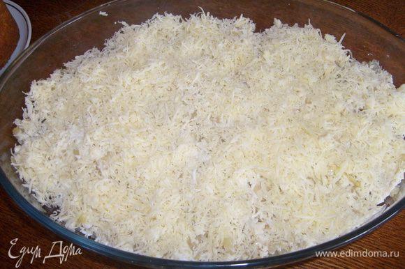 Сыр натереть на мелкой терке и посыпать его поверх яйца.