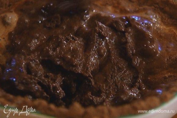 Какао соединить с 1 ст. ложкой кофе, 5–6 ст. ложками молока и перемешать все в однородную какао-пасту (если нужно — влить еще молока и кофе).