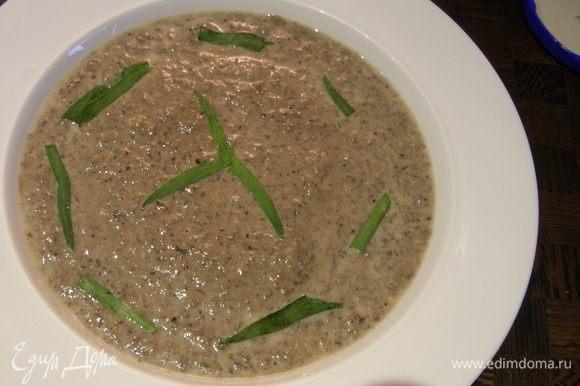 Прогреваем наш суп, разливаем по тарелкам, украшаем веточками эстрагона и подаем. Приятного аппетита))