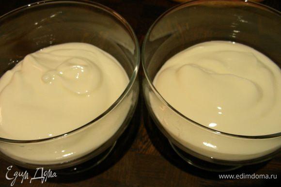 Йогурт перемешиваем и добавляем ванильный сахар.