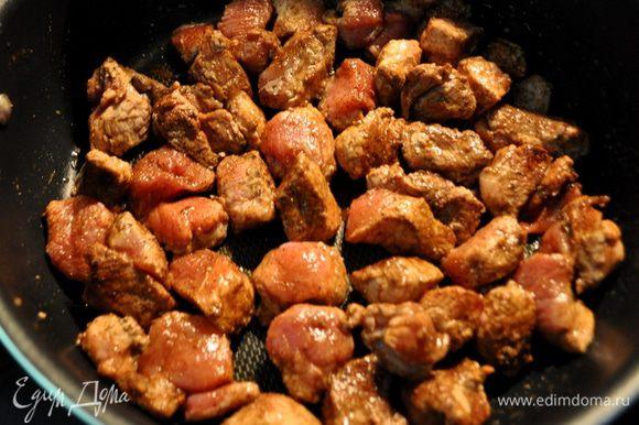 Разогреть сковороду с 1стол.л олив.масла выложить свинину и жарить примерно 3-5мин.на сред. высоком огне.Если у вас не филейная часть свинины,то жарить дольше.Затем выложить ее на тарелку отдельную.