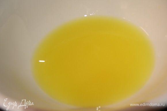 Для маринада смешиваем апельсиновый сок, Куантро. Пробуем, при необходимости добавляем немного сахара (у меня буквально щепотка).