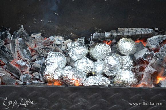 Картошка пропитанная маслом и травами,завернуть в фольгу и в угли до готовности....