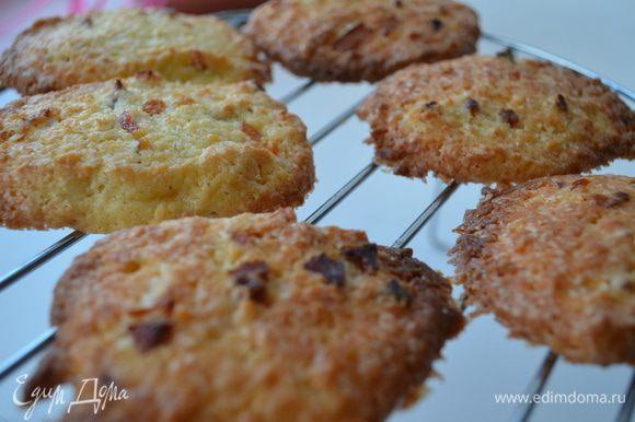Готовое печенье остудить на решетке.