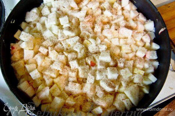 Яблоки очистить, нарезать на кубики. Выложить поверх творожной массы. Присыпать горстью сахара и щепоткой корицы.