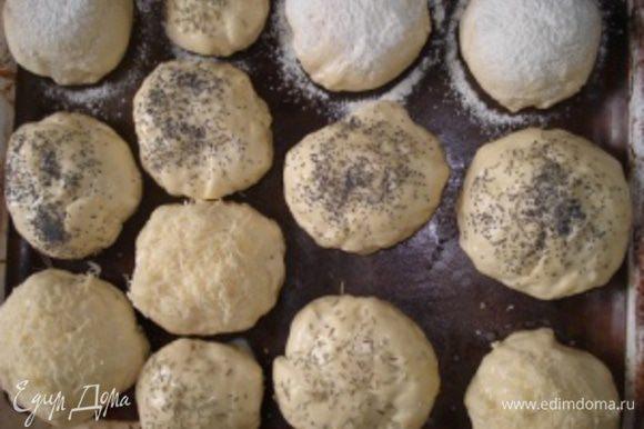 Посыпать подошедшие булочки мукой. Некоторые булочки смазать яйцом и посыпать розмарином, маком, кунжутом.