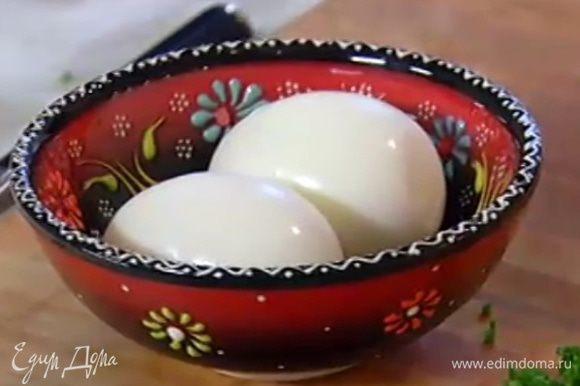 Яйца отварить в мешочек, почистить и разломить пополам.