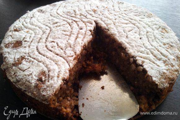 В смазаную форму выкладываем нашу массу и ровняем. Ставим в разогретую до 180 духовку минут на 40. Проверяем готовность зубочисткой. Она должна быть сухой, но не передержите торт, он должен быть слегка влажный.