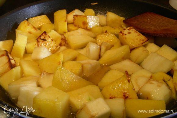 Разогреваем сливочное масло, выкладываем овощи, сначала обжариваем их минут 5-10 на сильном огне. Солим, перчим, добавляем 1 ч.л. сахара. Затем заливаем их водой, так чтобы она слегка покрыла овощи о томим их на среднем огне до готовности около часа. При необходимости доливаем водички.
