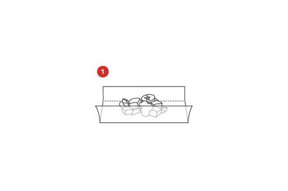 Обернуть ломтик ветчины вокруг каждого стейка и поместить на листы кулинарной бумаги SAGA (примерно 15 x 15 см), скатать в колбаски, закрутить концы бумаги и завязать их кулинарной нитью.