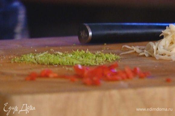 Цедру лайма натереть на мелкой терке, выжать из него 1 ст. ложку сока.