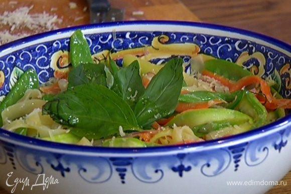 Украсить листьями базилика и сбрызнуть оставшимся оливковым маслом.