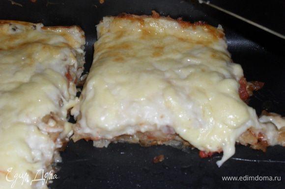 В форму выкладывать слоями: лаваш - мясо -лаваш - помидоры с луком -лаваш - мясо и т.д. Все залить соусом и обильно посыпать тертым сыром. Запекать 30 минут в духовке при температуре 180 градусов.