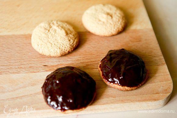 Шоколад растопить на водяной бане, добавить сливки, хорошо перемешать. Заглазировать 10 бисквитов.