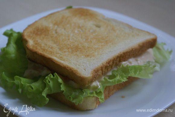 Присыпать луком или другой зеленью и накрыть вторым куском хлеба с салатом.
