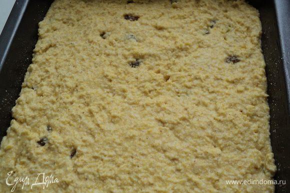 Добавить просеянную кукурузную муку, смешанную с содой, распаренный в горячей воде изюм, перемешать.Форму смазать маслом, посыпать молотыми сухарями, вылить тесто, разровнять. Выпекать при температуре 180 градусов 30мин до золотистого цвета.