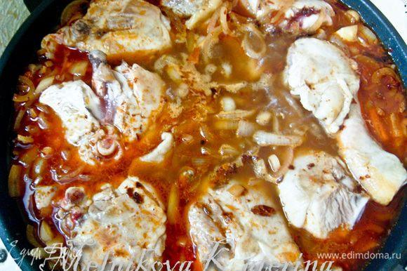 Переложить курицу в соус и тушить на медленном огне около часа, переворачивать не нужно. За 15 минут до готовности добавить мелко рубленый чеснок и сметану.