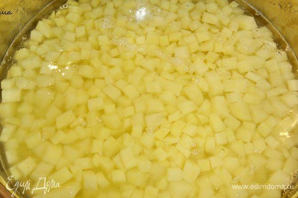 Так как картошки у нас много, то уже нарезанную, держите в воде.