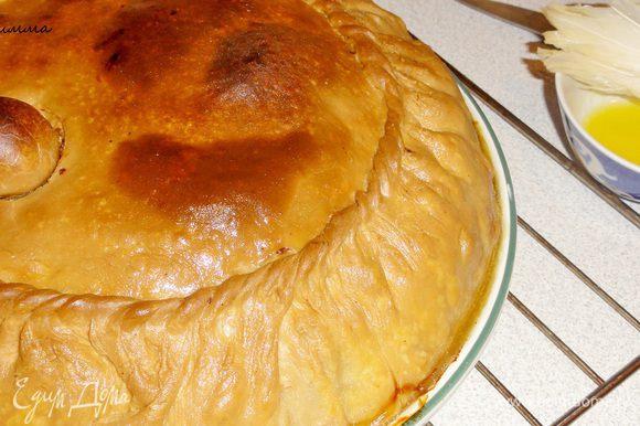 Поверхность готового пирога смажьте растопленным сливочным маслом.