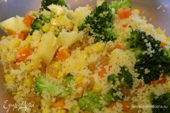 К кускусу добавляем овощи, кукурузу, сыр и изюм. Все прогреваем. Я свой кускус разделила на 2 части: в одну добавила брокколи, в другую - шнитт-лук.