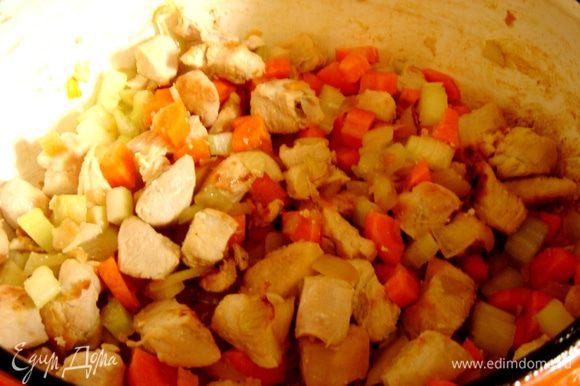 Овощи нарезать на кубики.В большой кастрюле разогреть 2 столовые ложки растительного масла и обжарить до мягкости лук и сельдерей,затем добавить кубики моркови.Всыпать муку(по желанию) и сушёный шалфей.Тушить 2-3 минуты на среднем огне.