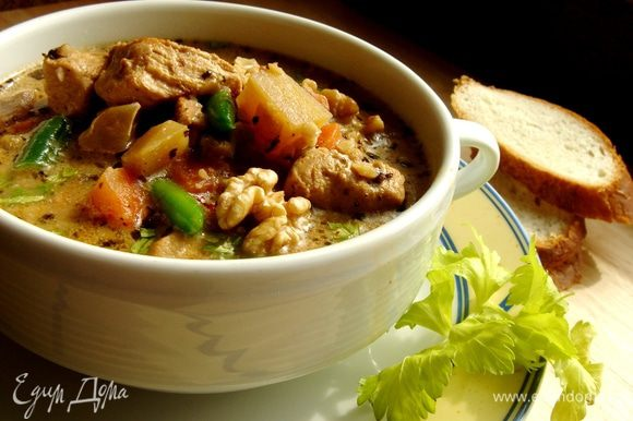 Положить в кастрюлю орехи,мясо индейки.Посолить и поперчить.Варить до готовности овощей.Затем влить сливки и присыпать измельчённой петрушкой.Подавать с гренками из белого хлеба.Приятного аппетита!
