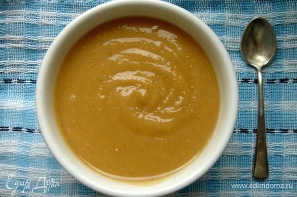 Сахарную пудру вмешать вручную.Можно приготовить более хрустящее солёное арахисовое масло.Для этого не надо размалывать орехи до жидкого состояния,а остановиться на мягкой консистенции.Добавить соль и острый красный перец.Такое масло хорошо подходит для бутербродов и соусов.