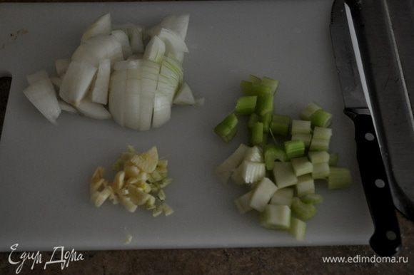 Затем мясо обжаренное сложить в слоукукер. На той же сковороде обжарить лук до легкого корич. цвета, затем сельдерей к нему добавить с чесноком и 3-4 мин., помешивая, жарить до мягкого состояния. После добавим вино и, помешивая, готовим.