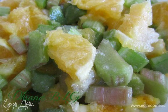 Пока тесто подходит. Приготовить начинку. ревень и апельсин очистить, порезать кусочками. Добавить сахар и крахмал. перемешать, оставить на 15-20 минут.