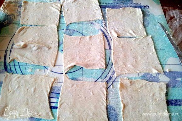 На присыпанной мукой поверхности тонко раскатать тесто в прямоугольник. Подравнять края. Разрезать пласт теста на несколько квадратов с стороной 12см. По двум противоположным сторонам каждого квадрата сделать поперечные надрезы шириной 1.5см и длиной 4см. В центр положить 1,5-2 ст.л. виноградной начинки.