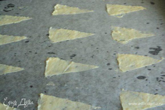 Разогреть духовку до 200 градусов. Противень застелить бумагой для выпечки, приложить трафарет и резиновым шпателем нанести тонкий слой теста.